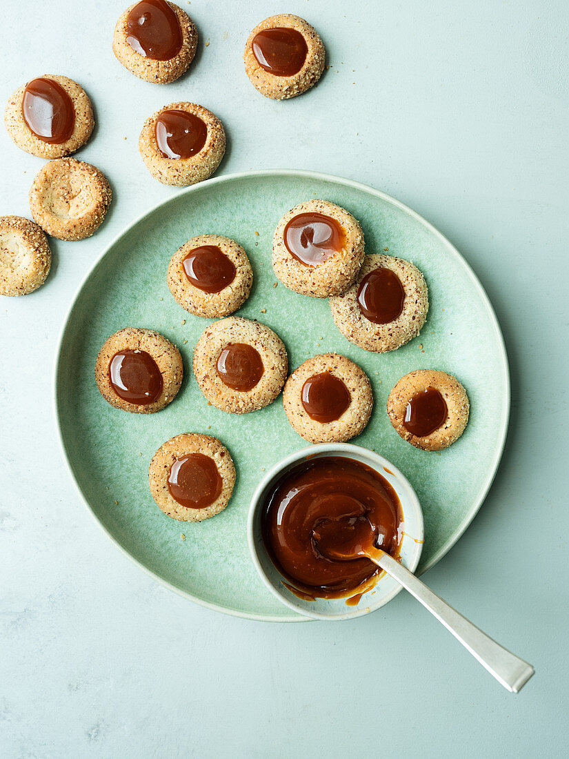 Almond cookies with salted caramel