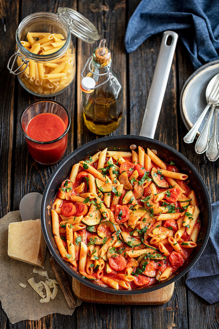 Pasta with tomatoes, courgette and spinach