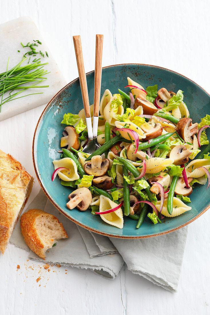 Nudelsalat mit Champignons und Bohnen