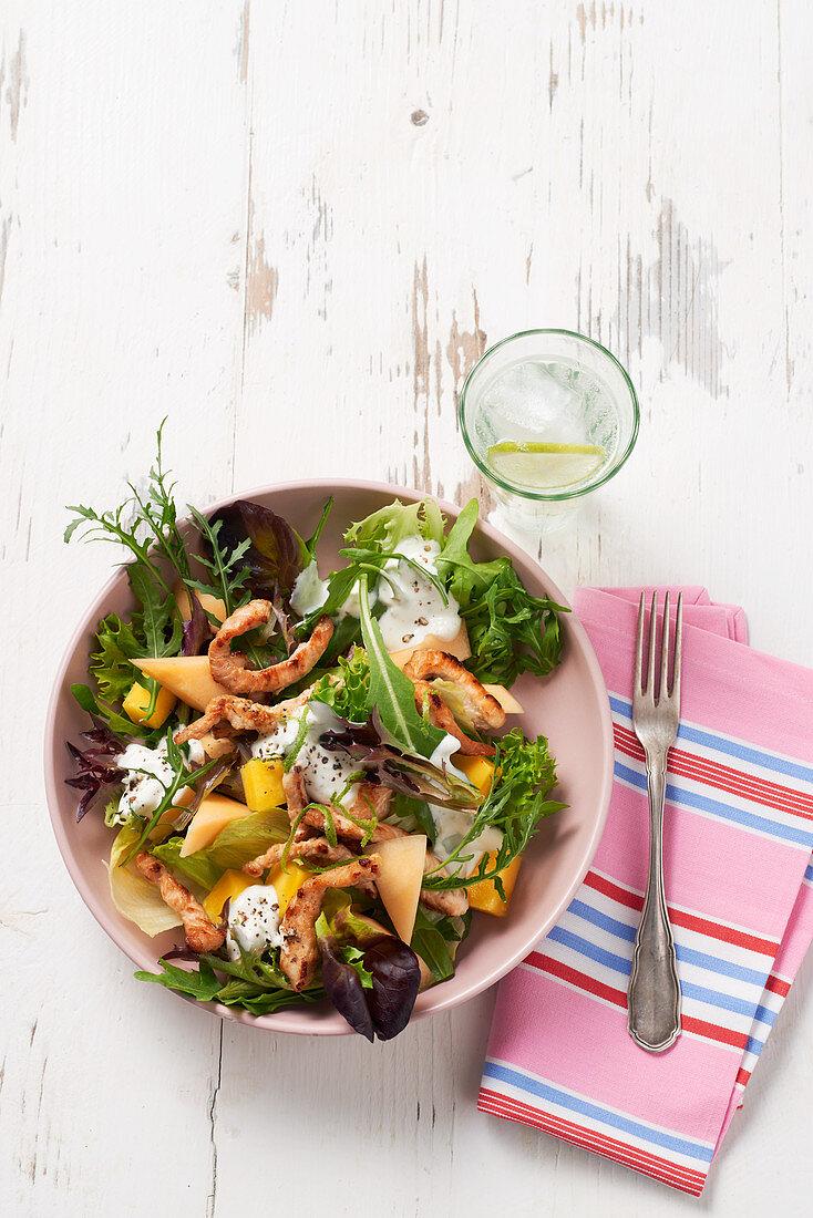 Sommersalat mit Melone und Hähnchenfleisch