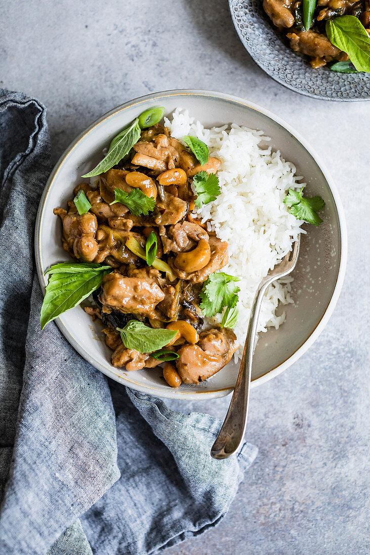 Hähnchen-Stirfry mit Cashewkernen serviert mit Reis
