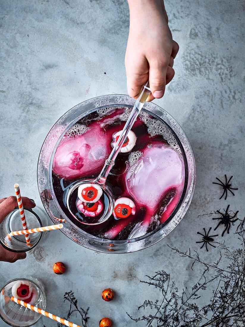 Halloween-Bowle mit eisigen Händen und Augäpfeln