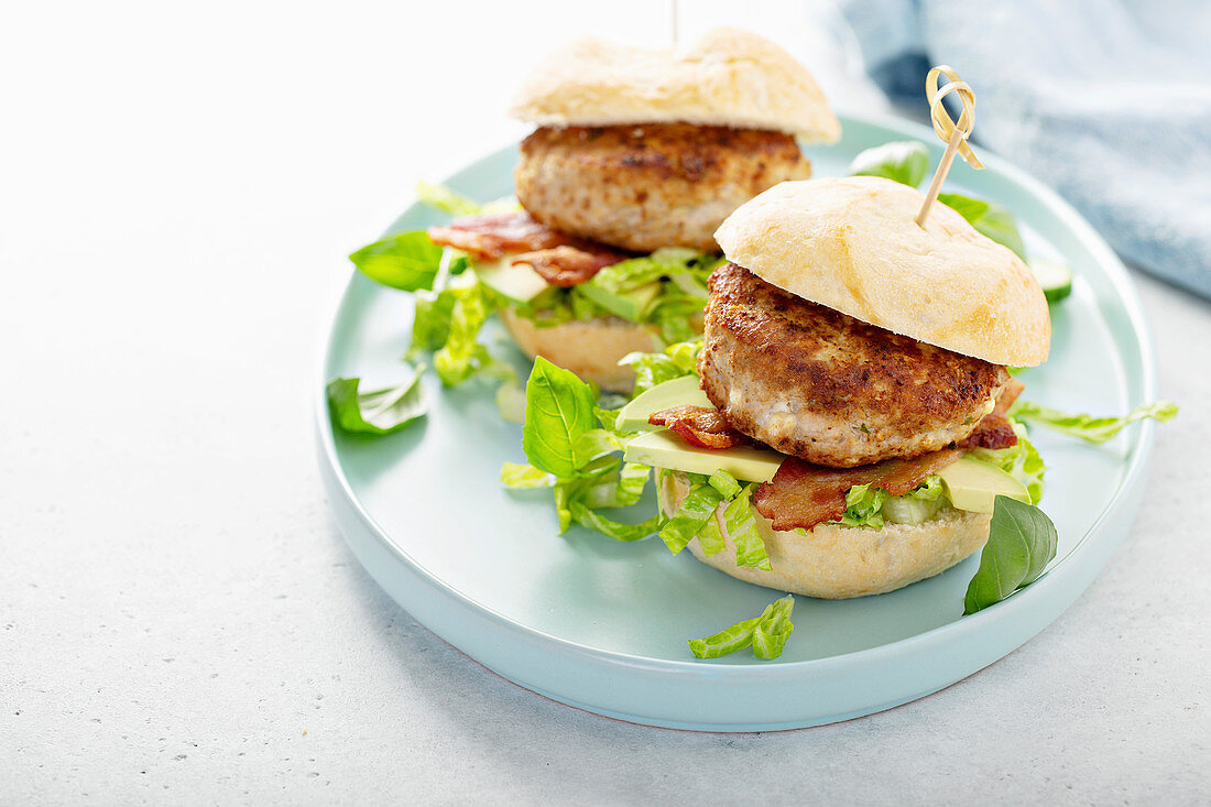 Turkey burgers with avocado, lettuce and bacon