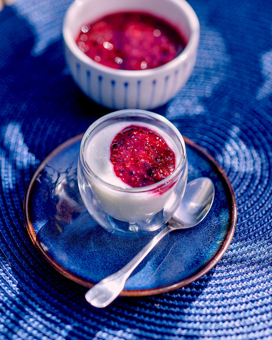 Yoghurt with cold-stirred cassis jam