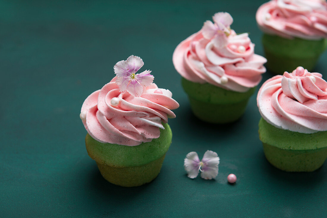 Woodruff cupcakes with strawberry and vanilla cream (vegan)