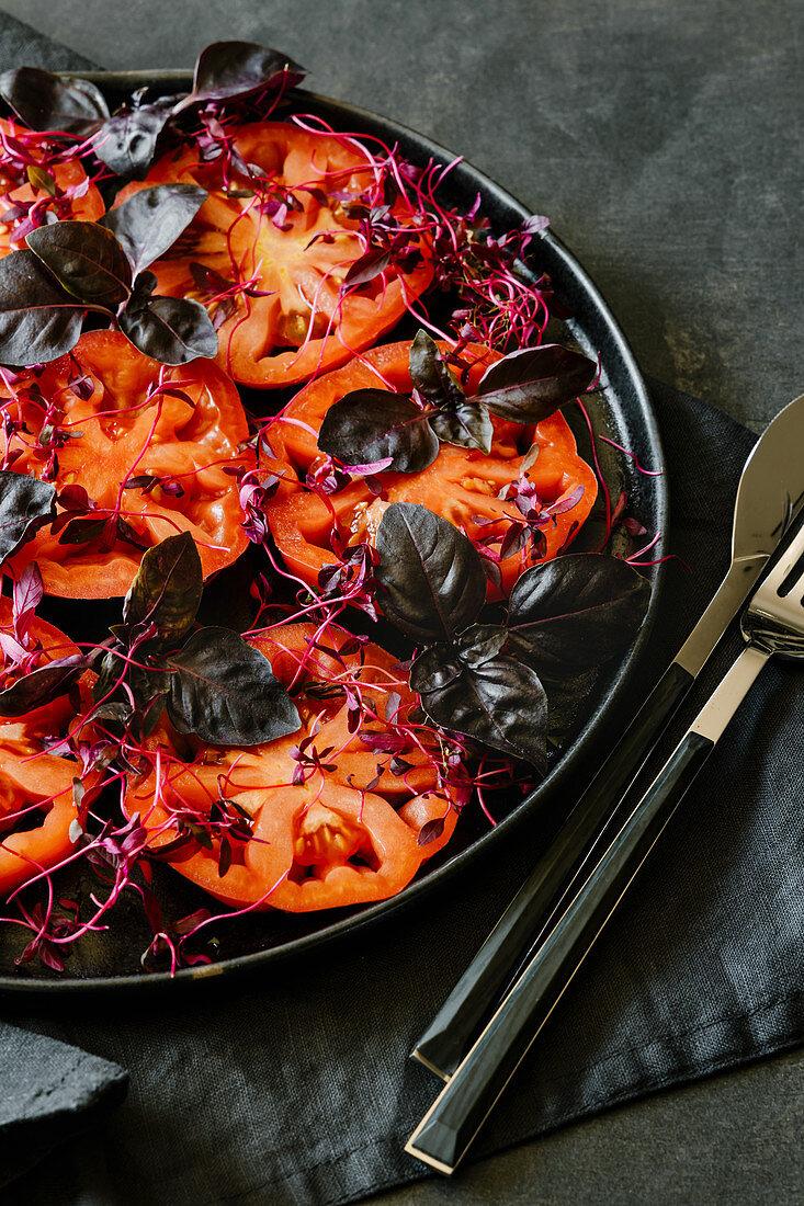 Tomatensalat mit Amaranthsprossen und rotem Basilikum