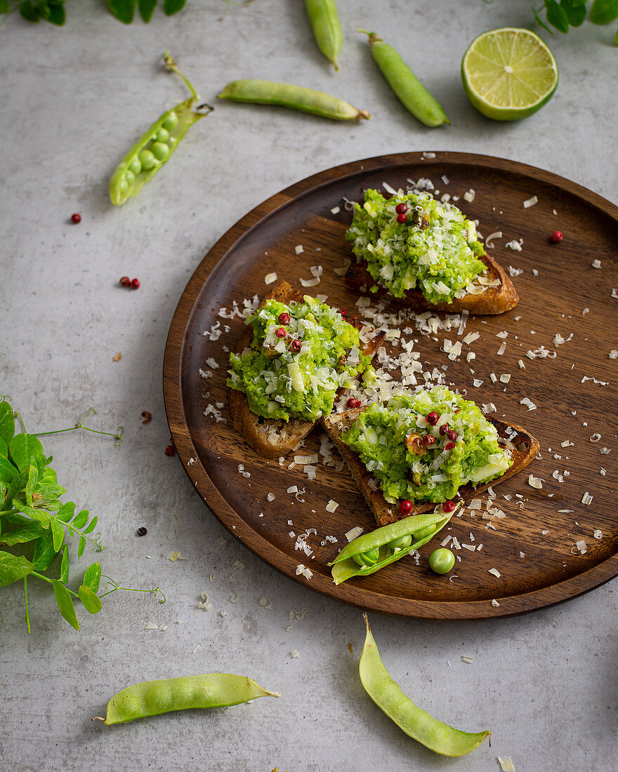 Toasted bread slices with pea pesto