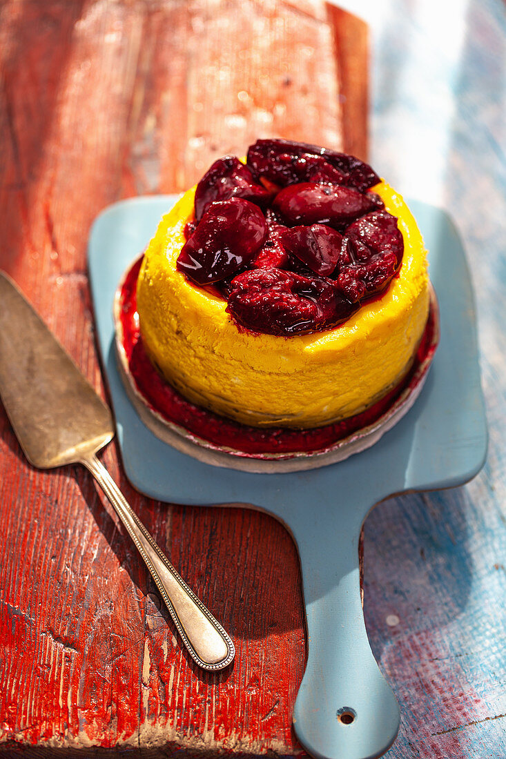 Baked cheese cake with plums
