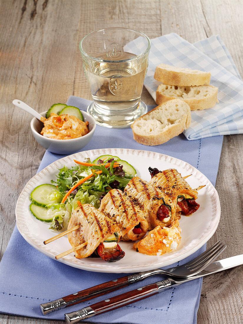 Gegrillte Putenrouladen-Spieße mit Feta, Zucchini und Tomaten