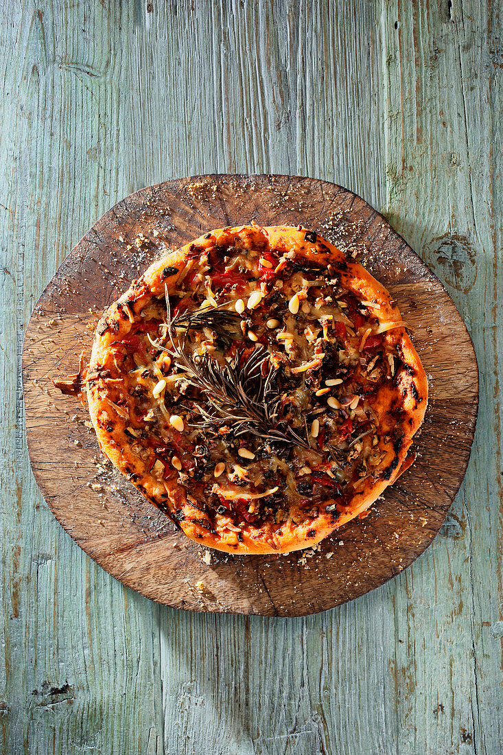 Vegetable pizza on a wooden disc