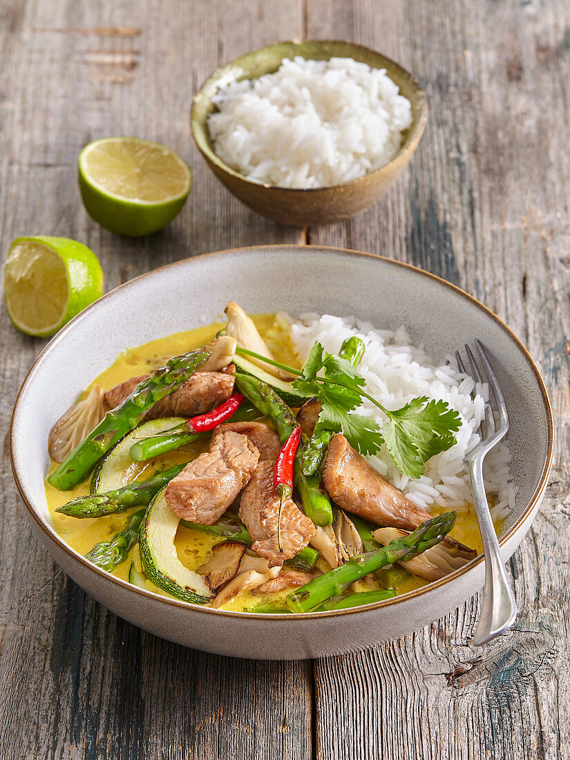 Turkey curry with oyster mushrooms and green asparagus