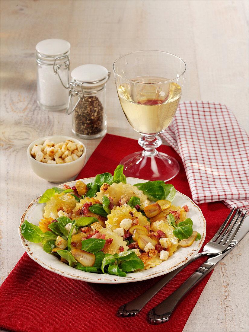 Gefüllte Nudeln mit Feldsalat und Speckwürfeln