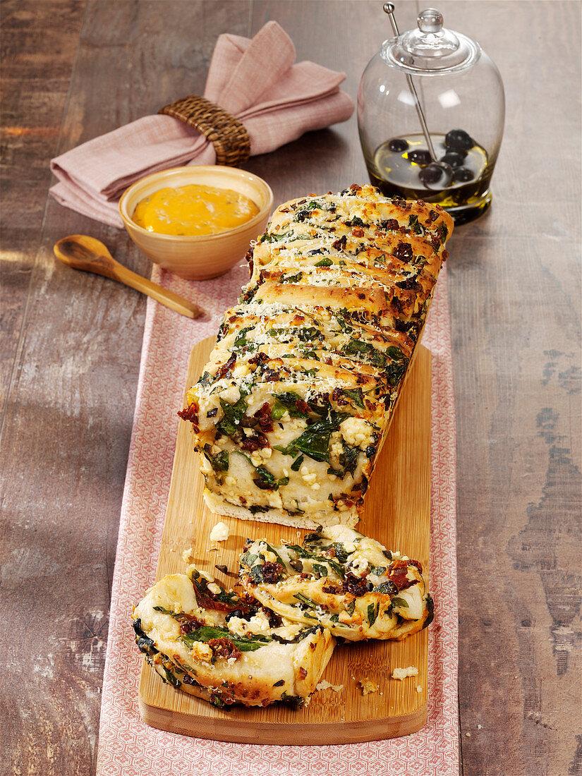 Mediterranes Pull-Apart-Bread mit Oliven und getrockneten Tomaten