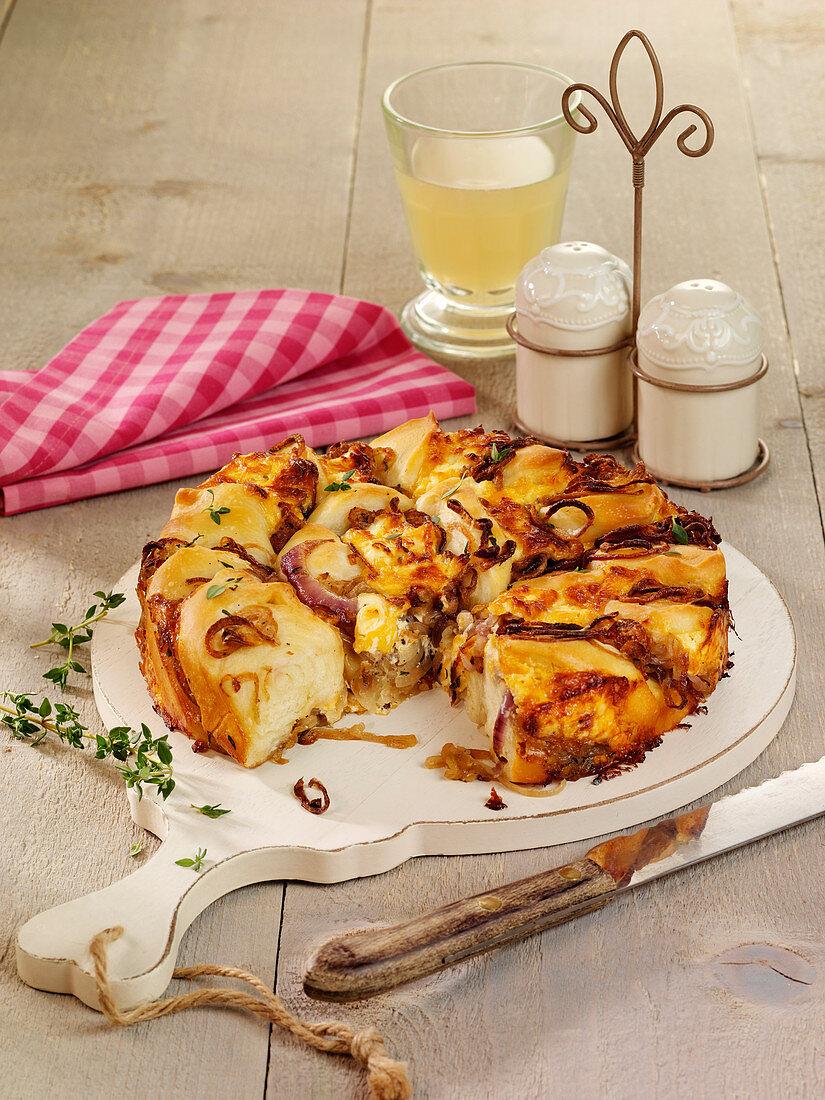 Zwiebel-Schmand-Kuchen mit Cheddar und Kümmel