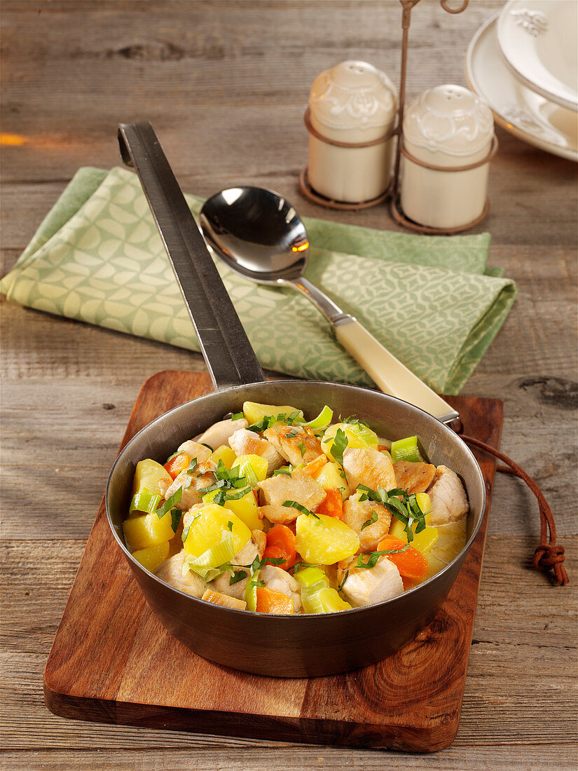 Potato and chicken pot with leek and carrots