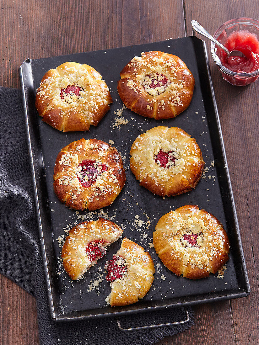 Custard cakes with strawberry jam and crumb