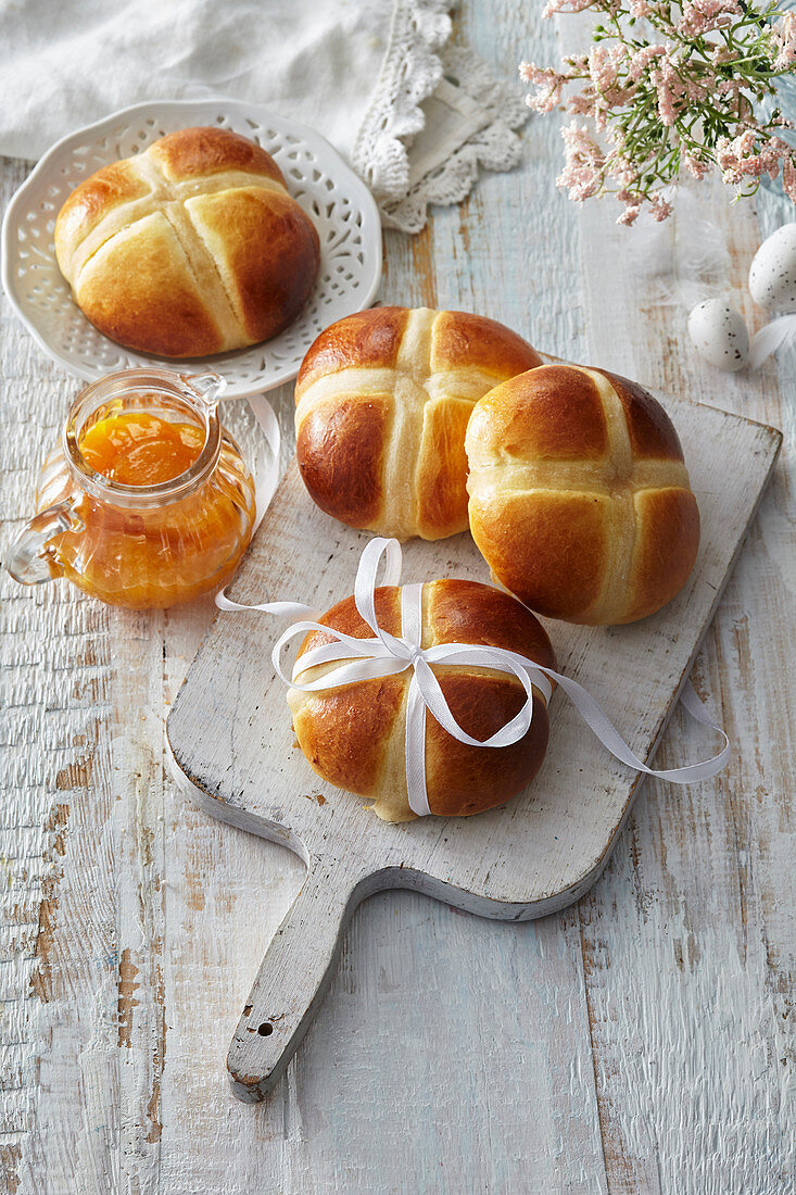 Easter (sweat) bread with apricot filling