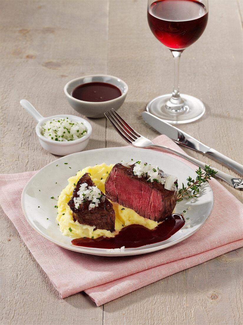 Rinderfilet mit Rotweinsauce und Kartoffelpüree