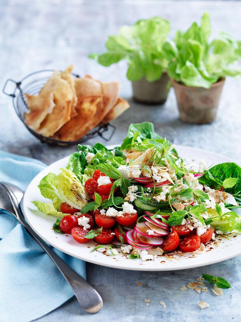 Fattoush - Libanesischer Salat mit Gemüse und frittiertem Fladenbrot