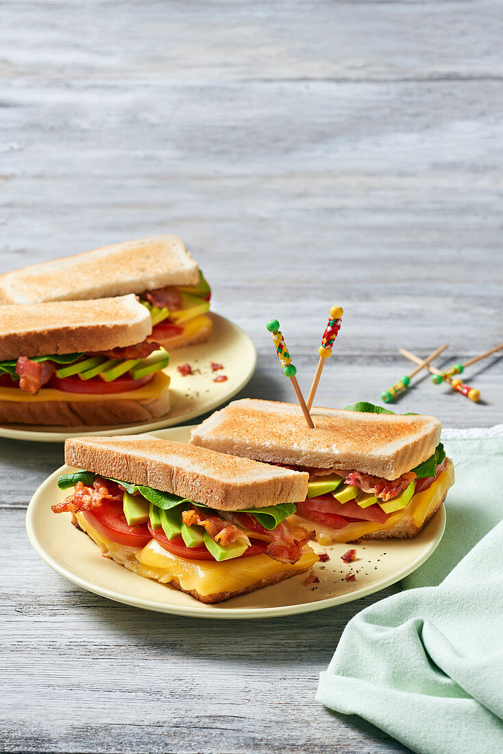 Avocado-Bacon-Sandwich mit Käse