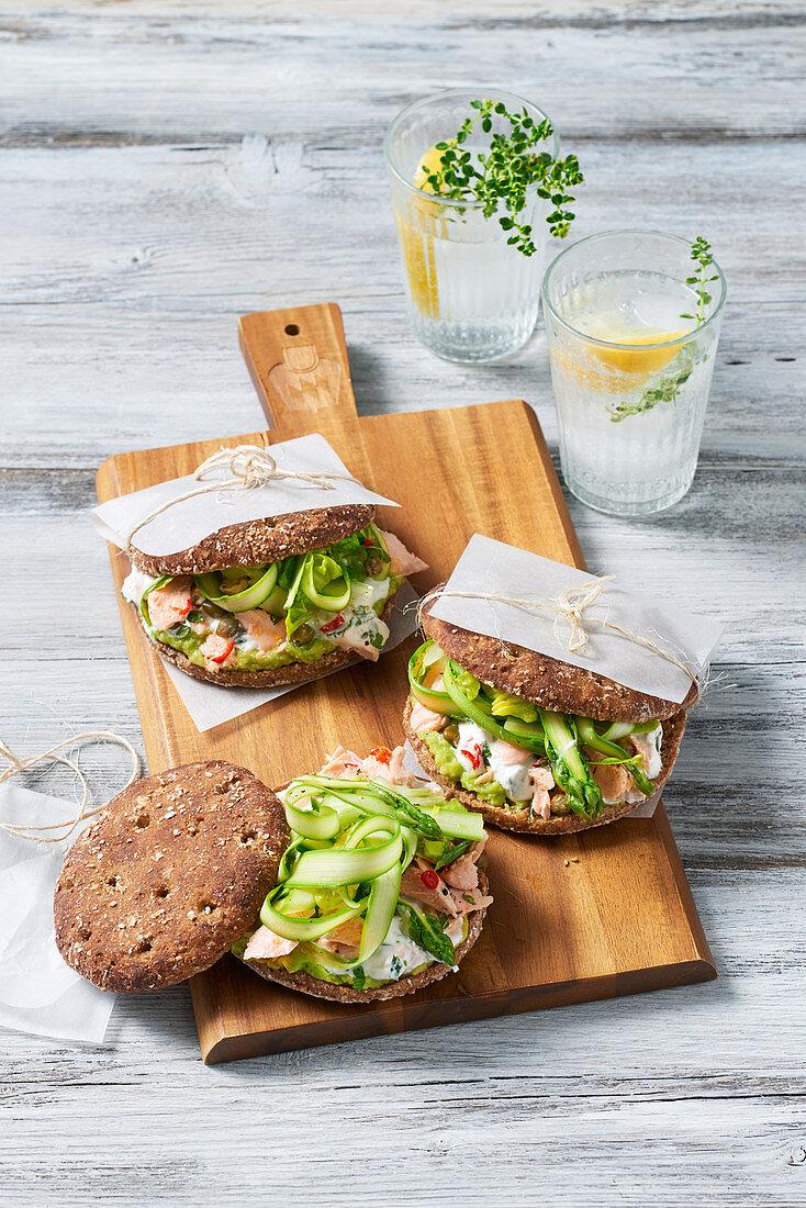 Toasties mit Pulled Salmon und grünem Spargel