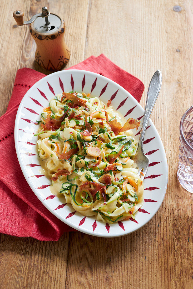 Light vegetable carbonara with courgette, carrots and bacon