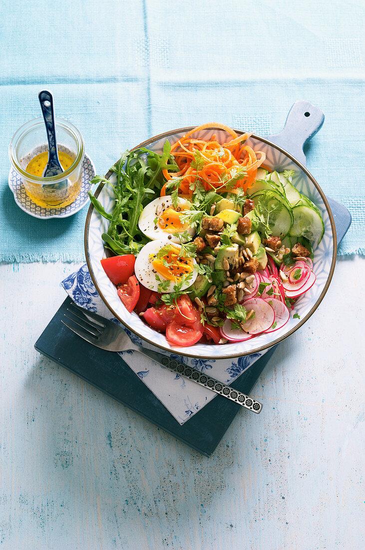 Pikante Frühstücks-Bowl mit Avocado, Radieschen und Ei