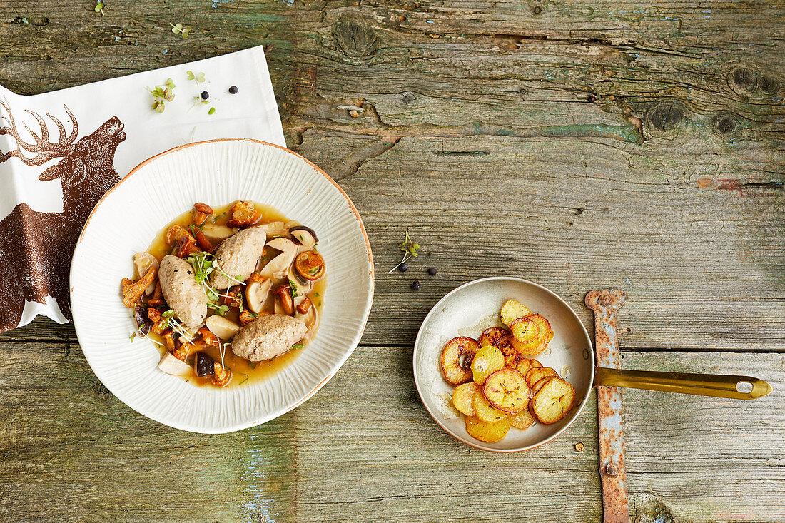 Pochierte Hirschnockerln mit Pilzragout und Bratkartoffeln