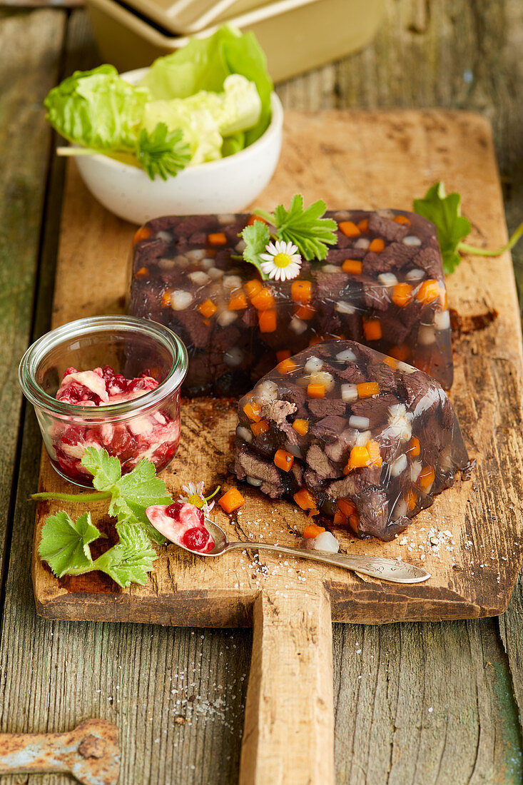 Wildsülze mit Preiselbeer-Senf-Sauce