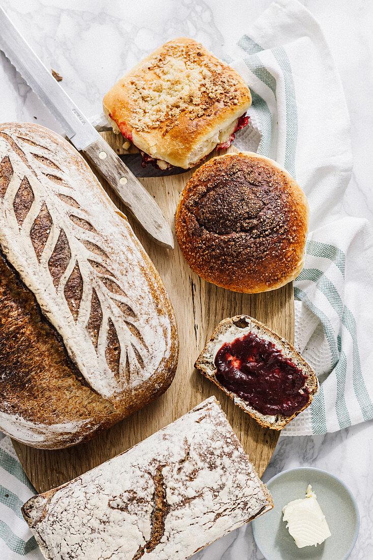 Verschiedene Brote und Brötchen auf Holzbrett