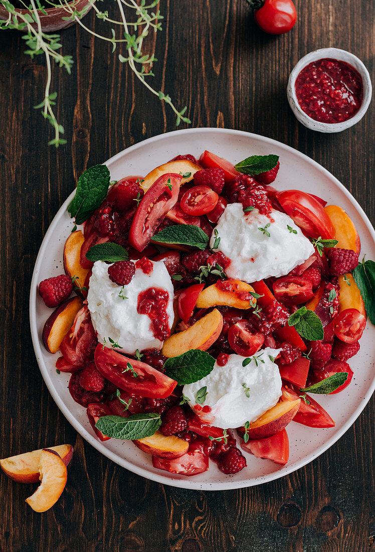 Sommerlicher Tomatensalat mit Pfirsichen, Himbeeren und Burrata