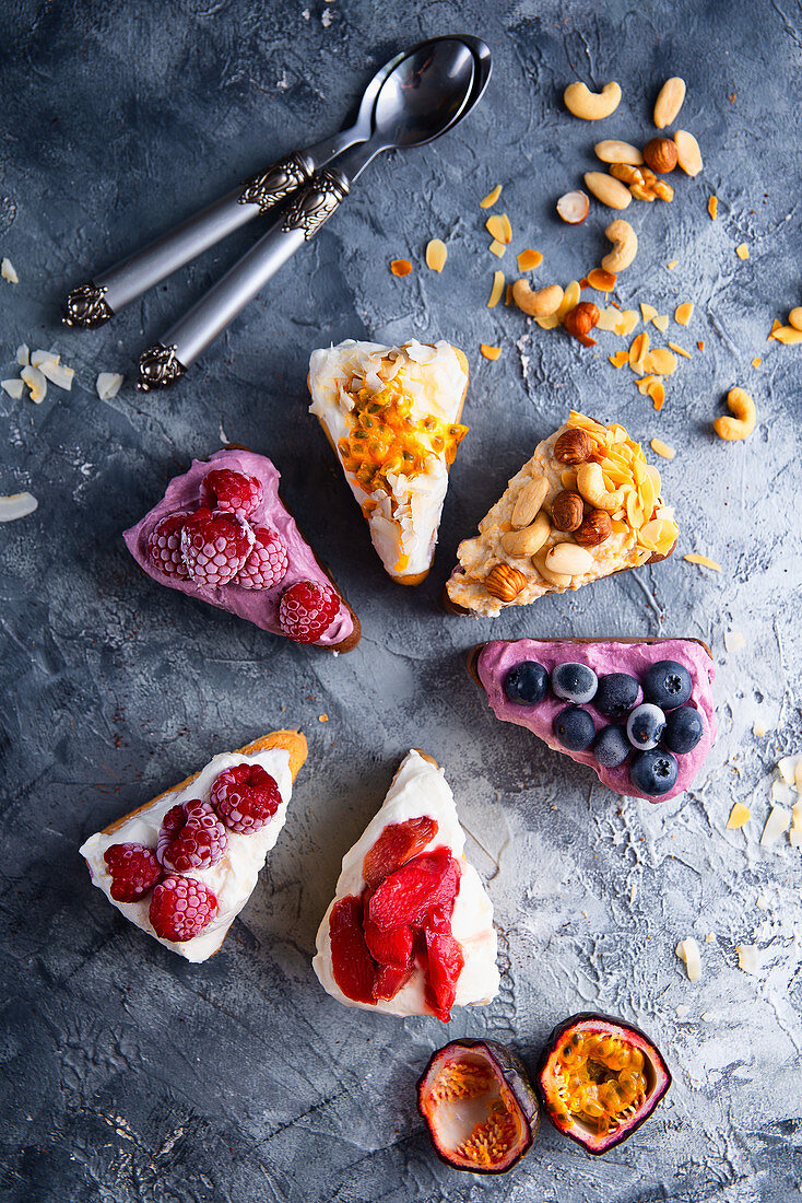 Sponge cake with multiflavored fruit cream and fruits
