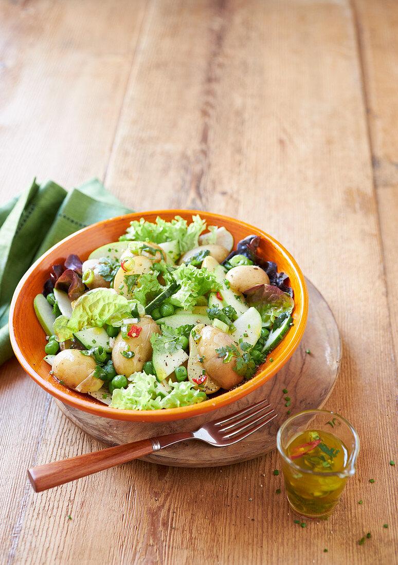 Kartoffelsalat 'verde' mit Erbsen, Apfel und Kräutern