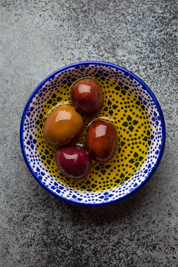 Schwarze Oliven in Olivenöl