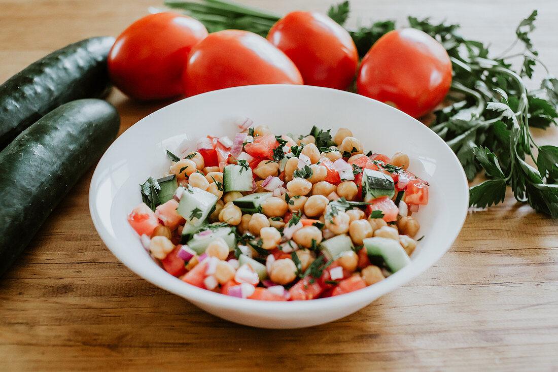 Kichererbsensalat mit Gurke und Tomate