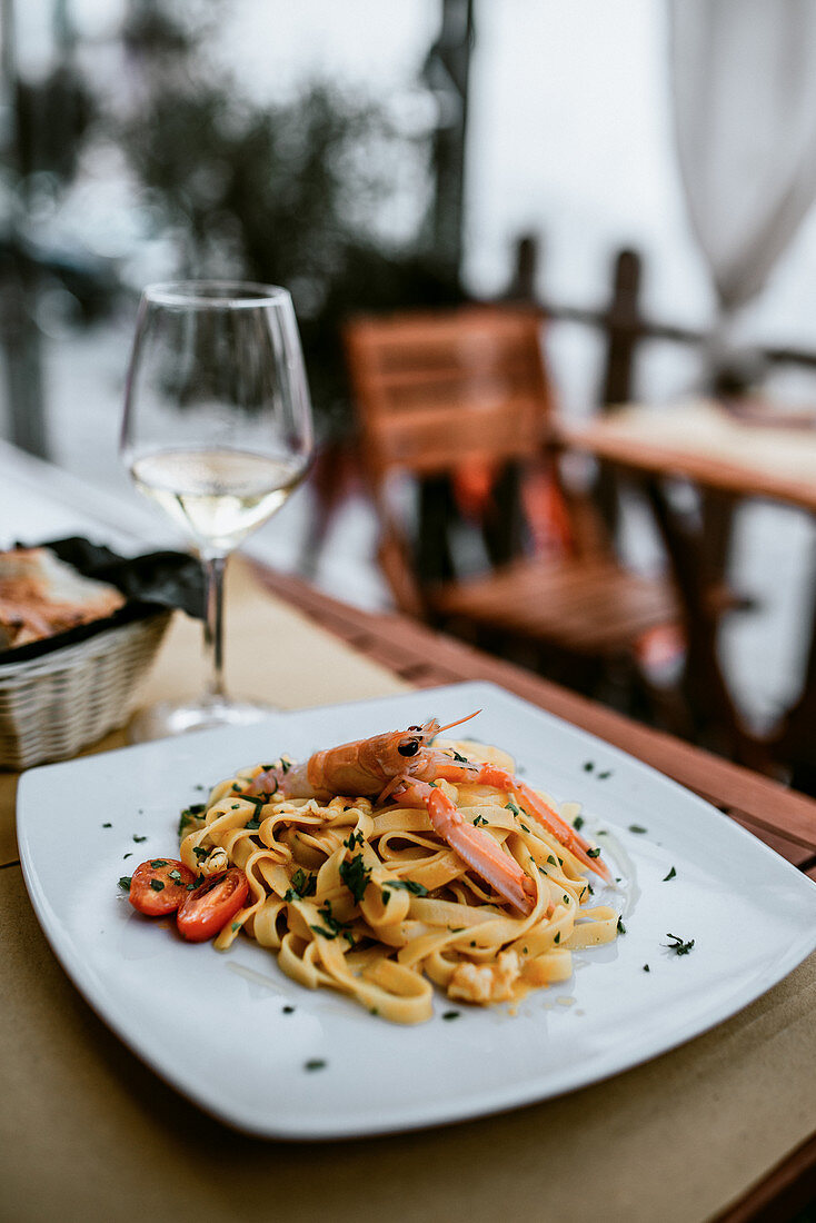 Tagliatelle with prawns, cherry, tomatoes and parsley
