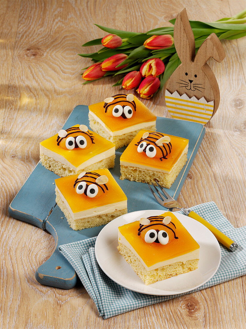 Apricot 'bee' cake