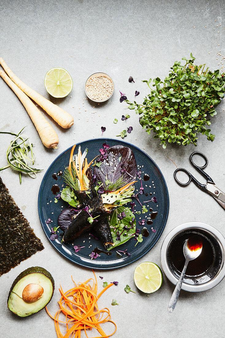 Temaki mit Gemüsereis, Avocado und Kräutern