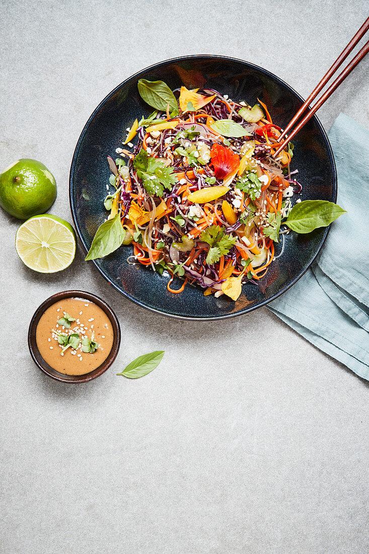Scharfe Kelpnudel-Bowl mit Limetten-Chili-Sauce