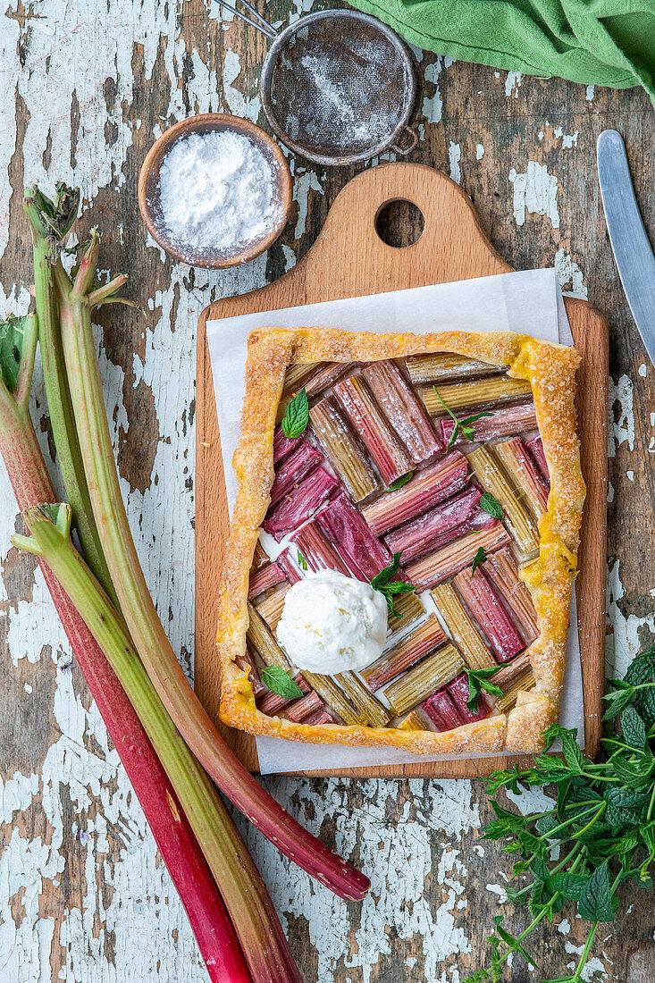 Rhubarb pie with ice cream
