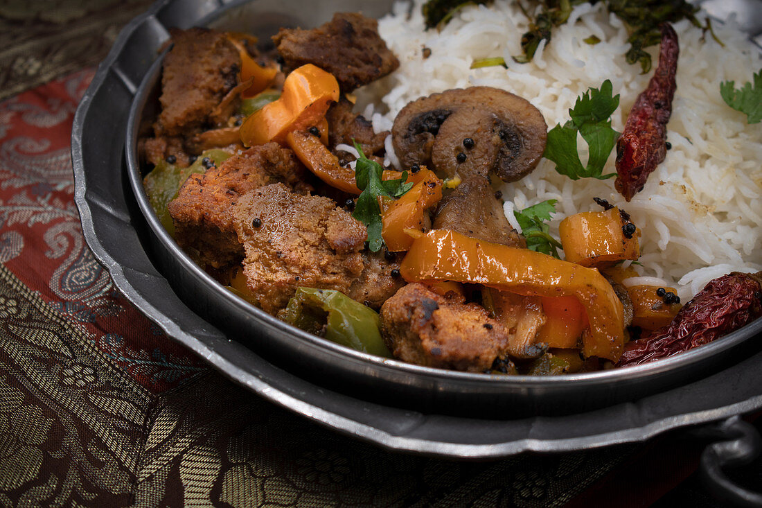 Seitan curry with mushroom and peppers