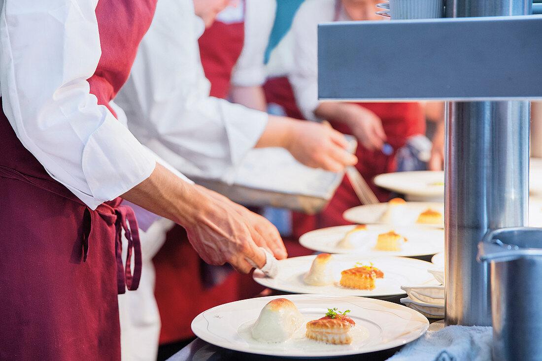 Profiköche beim Anrichten von Tellern