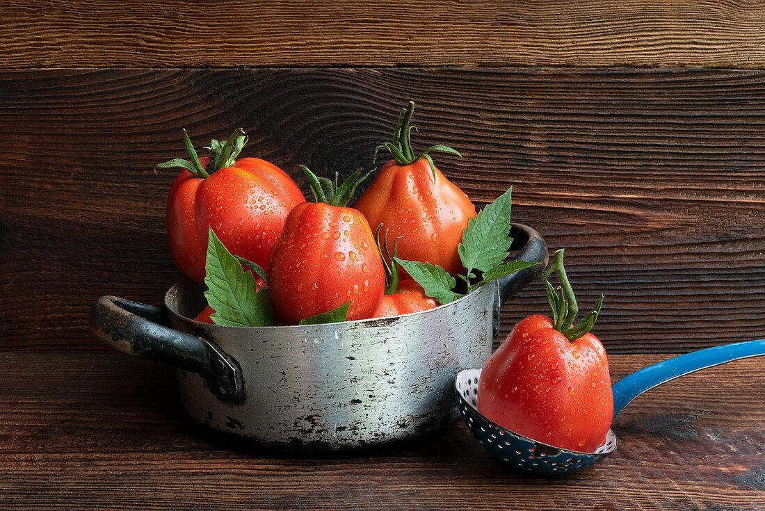 Tomaten auf Holztisch