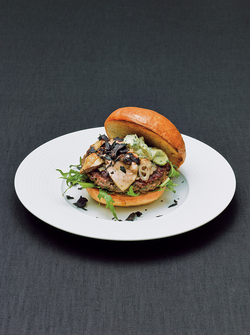 Dry-Aged-Beef-Burger mit Gänsestopfleber, Steinpilzen und Trüffeln