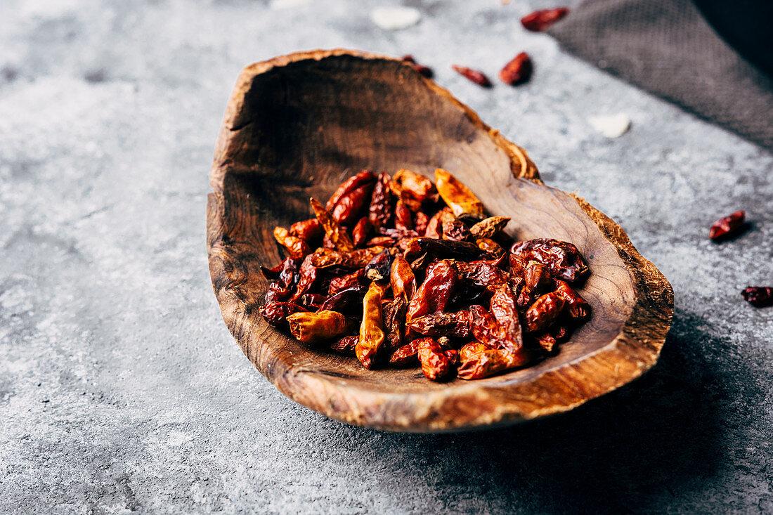 Getrocknete Chilischoten in einer Holzschale