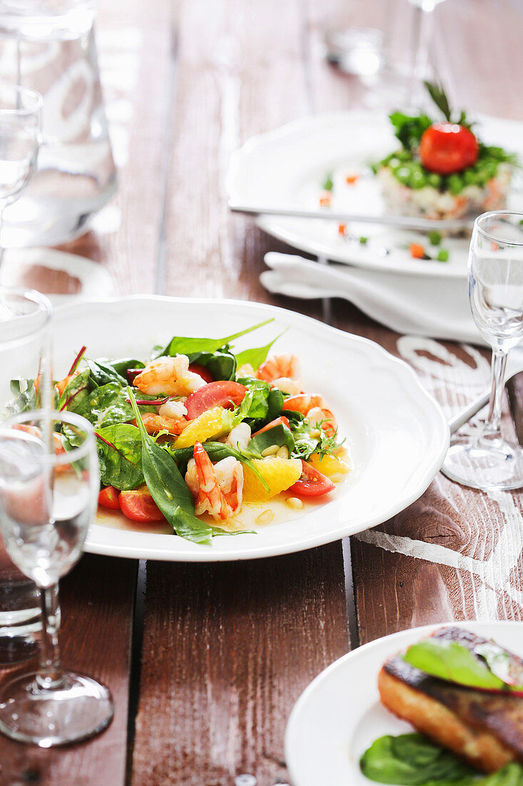Shrimp and orange salad with spinach and tomatoes