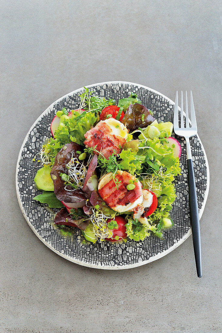Spring salad with goat cheese wrapped in bacon