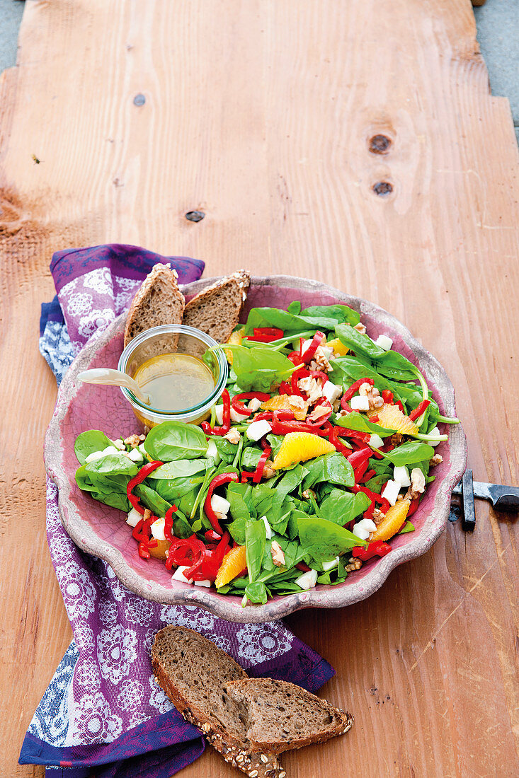 Baby spinach salad with oranges, peppers and mozzarella