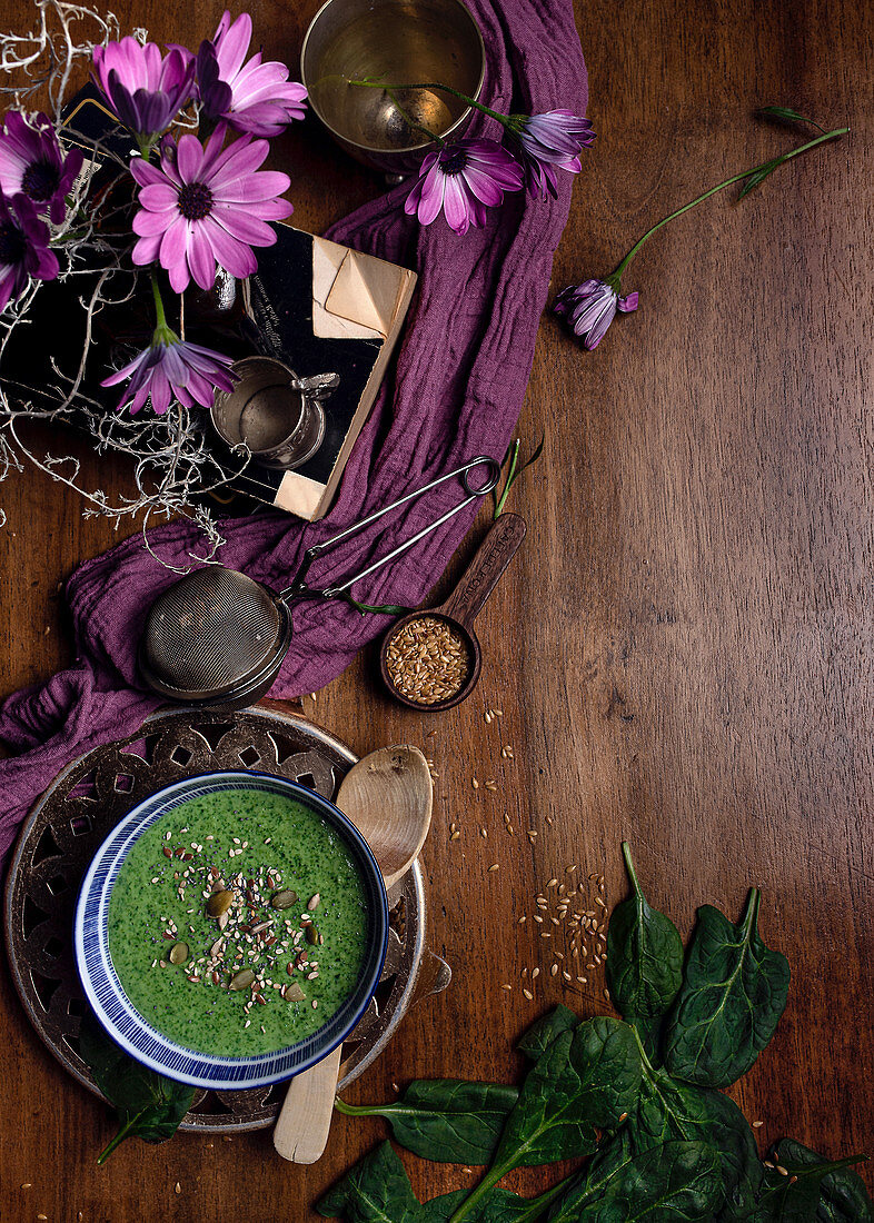 Green smoothie with pumpkin seeds and sesame