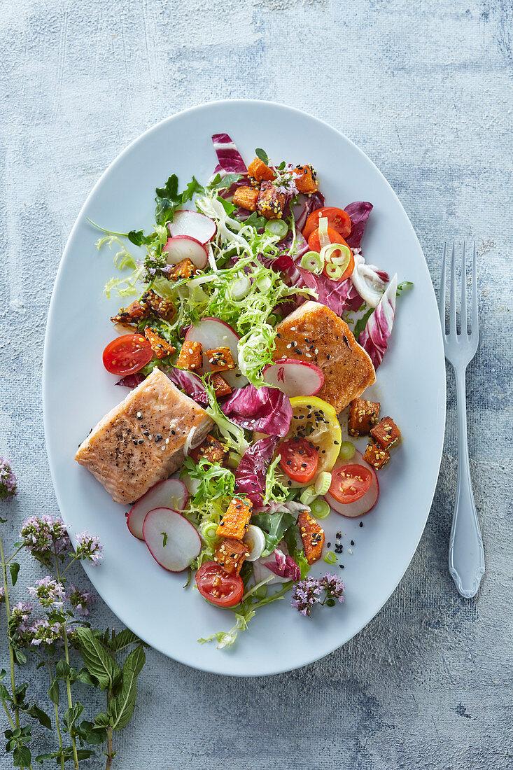 Salad with salmon and sweet potato croutons